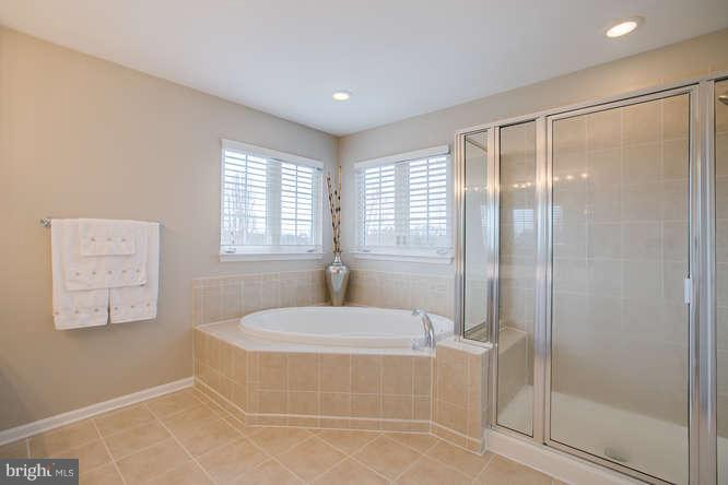 ~ Soaking Tub and Large Shower ~ - 37 KINROSS DR, STAFFORD