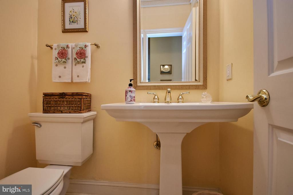 Main Level Powder Room - 9322 OLD BURKE LAKE RD, BURKE