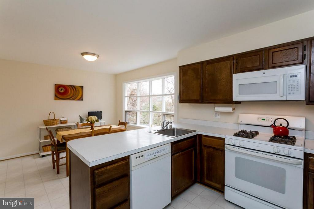 View of kitchen and breakfast nook - 2328 MALRAUX DR, VIENNA
