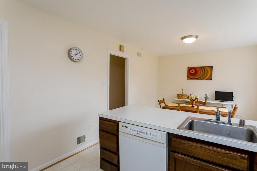 Another view of kitchen - 2328 MALRAUX DR, VIENNA