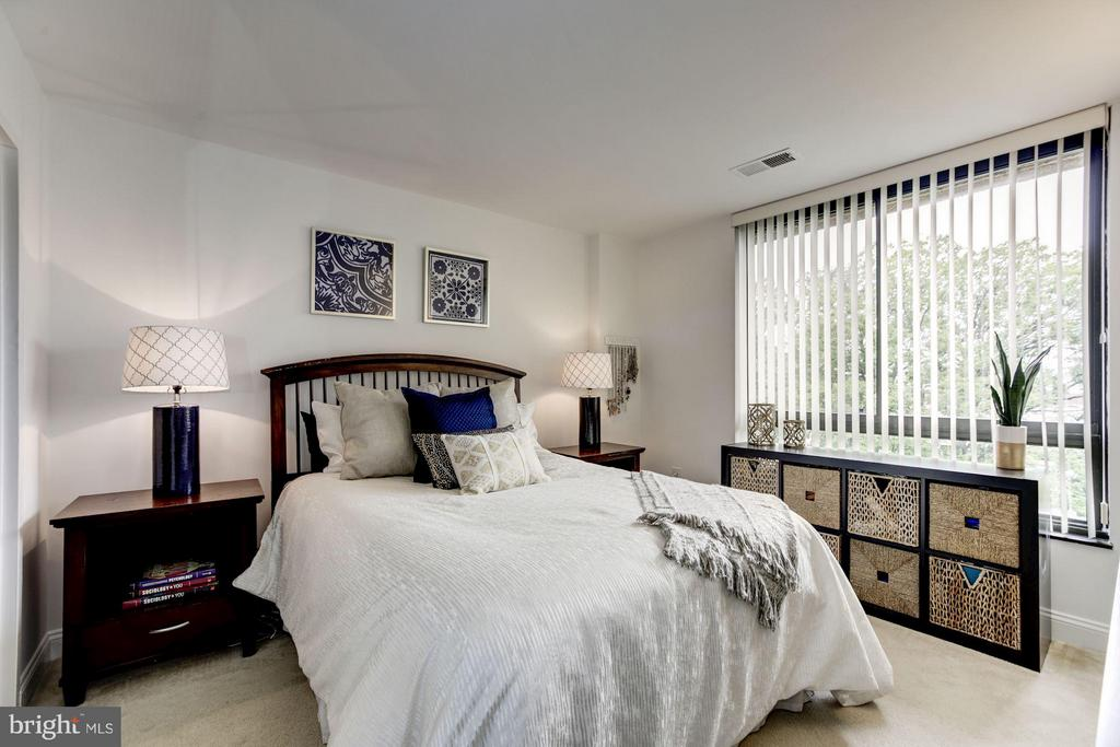 MASTER BEDROOM FEATURES SUPERSIZE WINDOWS! - 1808 OLD MEADOW RD #1403, MCLEAN