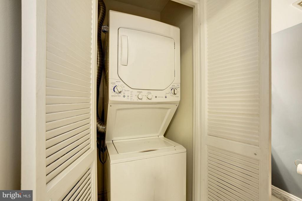 WASHER and DRYER IN THE CONDO UNIT! - 1808 OLD MEADOW RD #1403, MCLEAN