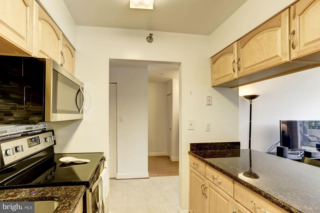 KITCHEN - LOTS OF COUNTER TOP SPACE FOR FOOD PREP! - 1808 OLD MEADOW RD #1403, MCLEAN
