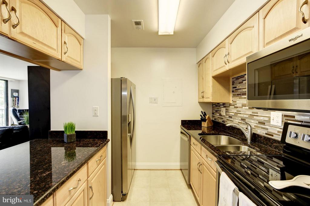 KITCHEN - STAINLESS STEEL APPLIANCES! - 1808 OLD MEADOW RD #1403, MCLEAN