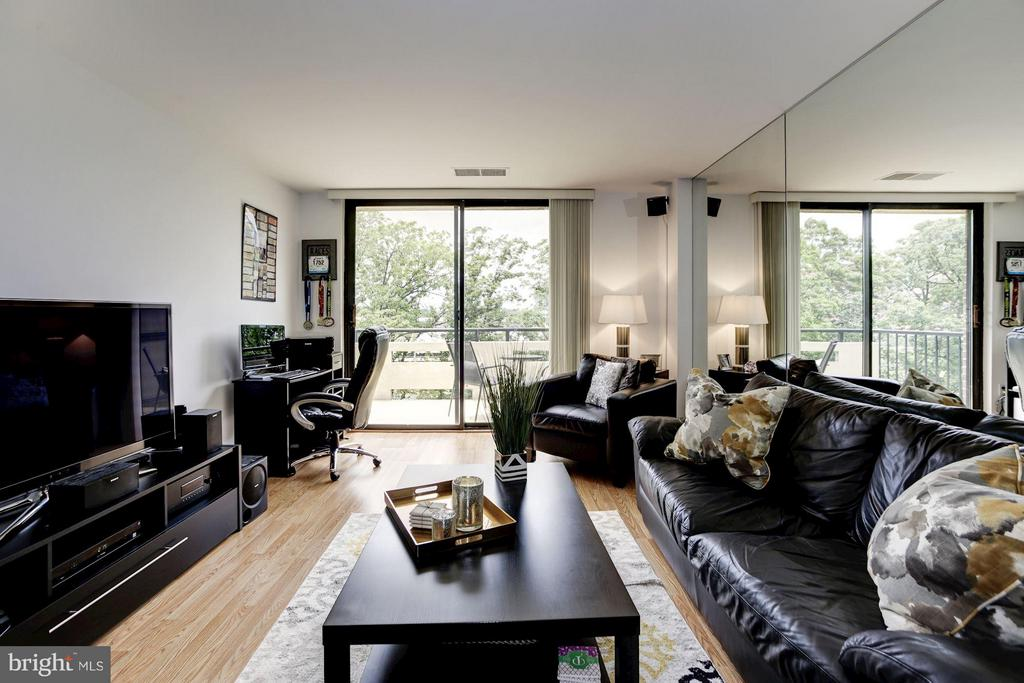 LIVING ROOM - WALL OF FLOOR-TO-CEILING WINDOWS! - 1808 OLD MEADOW RD #1403, MCLEAN