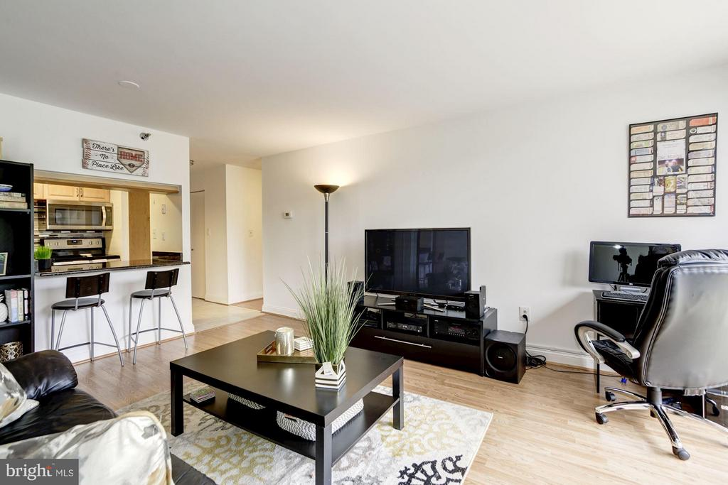 LIVING ROOM - VERY SPACIOUS! - 1808 OLD MEADOW RD #1403, MCLEAN