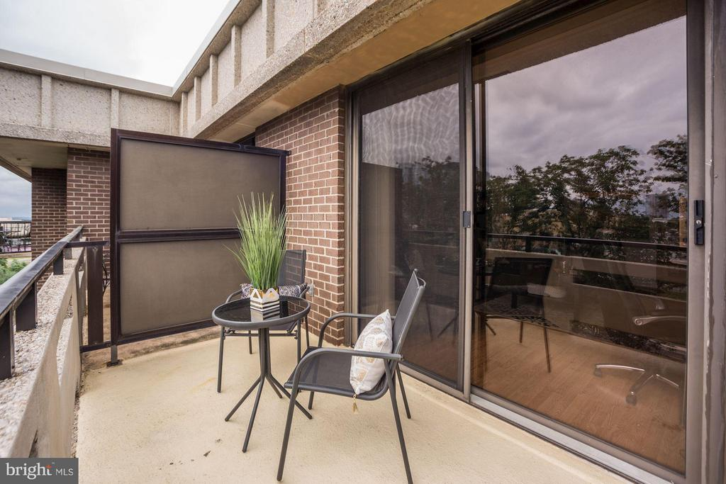 PRIVATE BALCONY - PERFECT FOR RELAXING OUTSIDE! - 1808 OLD MEADOW RD #1403, MCLEAN