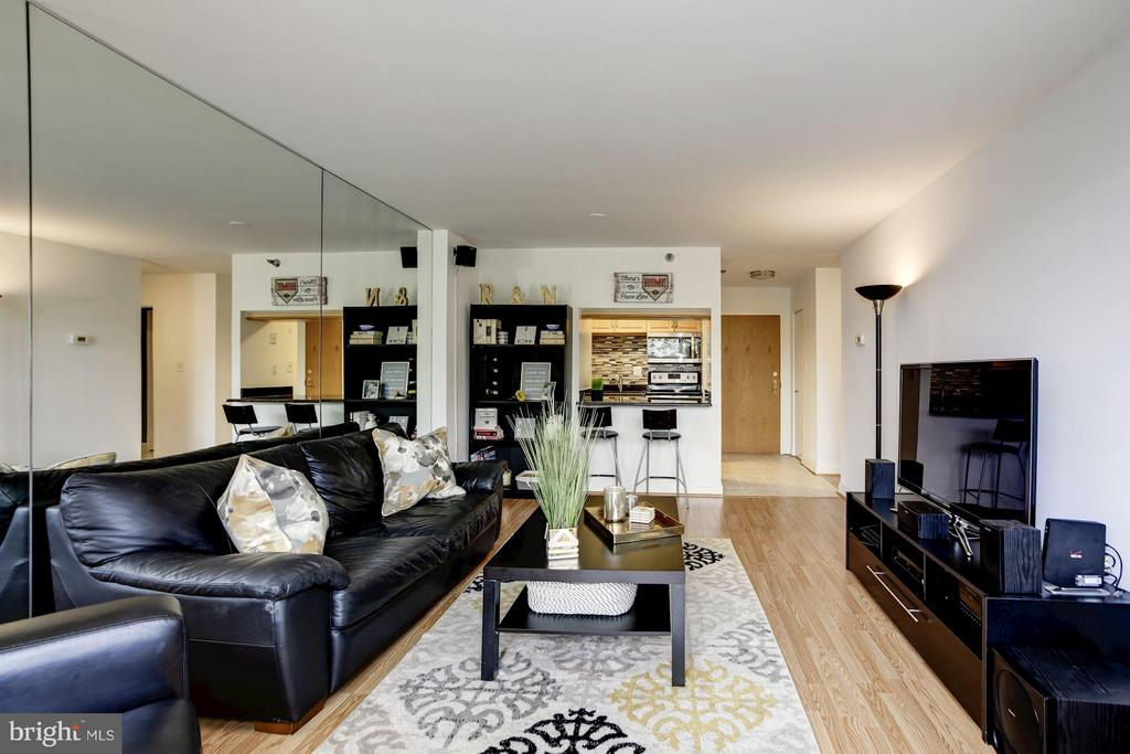 LIVING ROOM WITH OPEN SIGHT-LINE TO KITCHEN! - 1808 OLD MEADOW RD #1403, MCLEAN