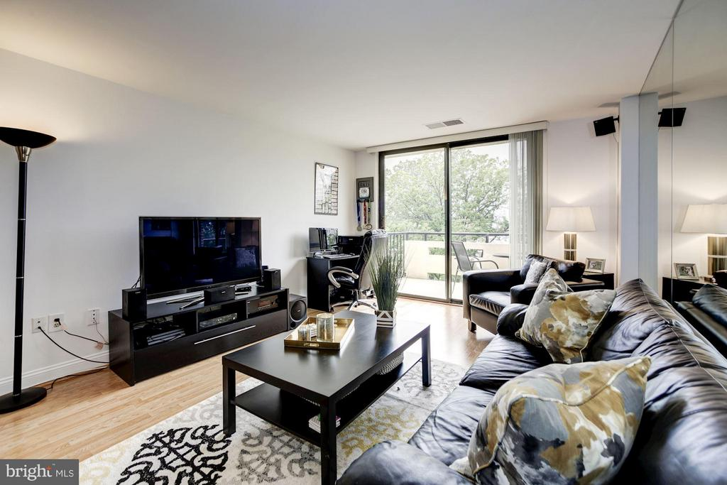 LIVING ROOM RECEIVES AN ABUNDANCE OF SUNLIGHT! - 1808 OLD MEADOW RD #1403, MCLEAN