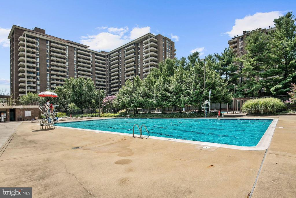 COMMUNITY POOL -1 OF 3 POOLS TOTAL! - 1808 OLD MEADOW RD #1403, MCLEAN