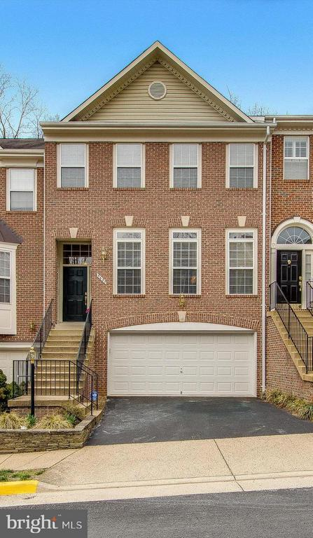 Two car garage PLUS two full spaces in driveway - 5637 GOVERNORS POND CIR, ALEXANDRIA