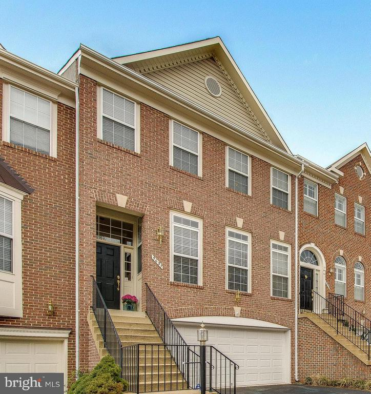 Luxury and location - 5637 GOVERNORS POND CIR, ALEXANDRIA