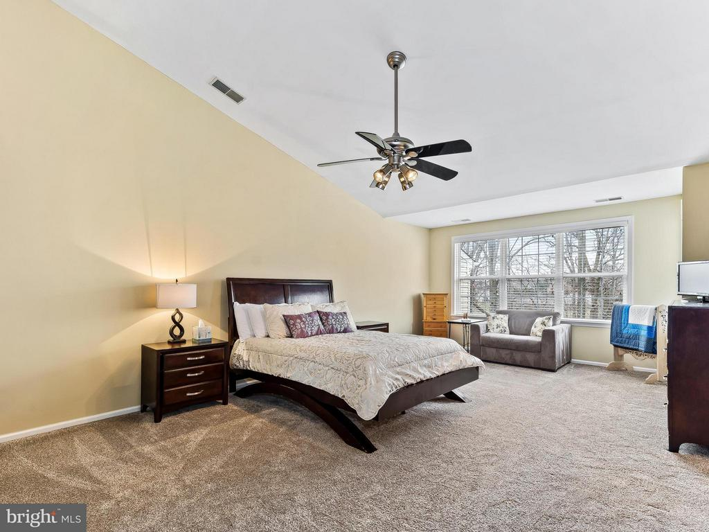 Vaulted ceiling and sitting room - 5637 GOVERNORS POND CIR, ALEXANDRIA