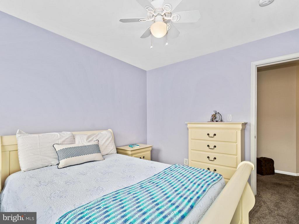 Large bedrooms fit queen size bed - 5637 GOVERNORS POND CIR, ALEXANDRIA