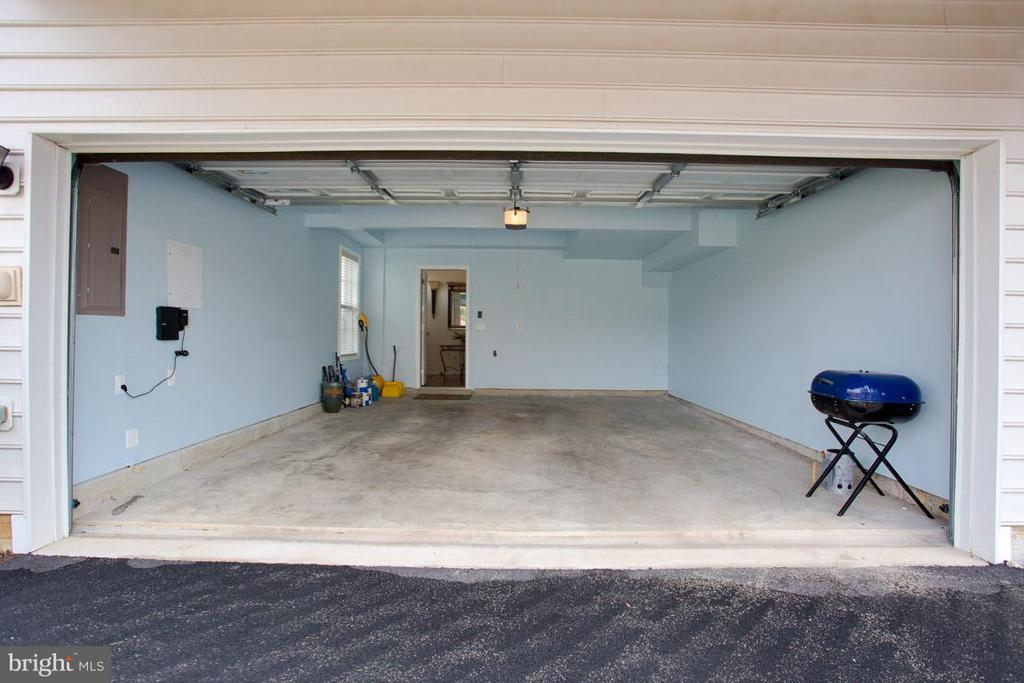 2 CAR GARAGE - 23141 FLORA MURE DR, ASHBURN