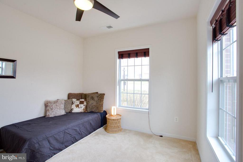 MAIN LEVEL BEDROOM WITH WALK IN CLOSET + FULL BATH - 23141 FLORA MURE DR, ASHBURN