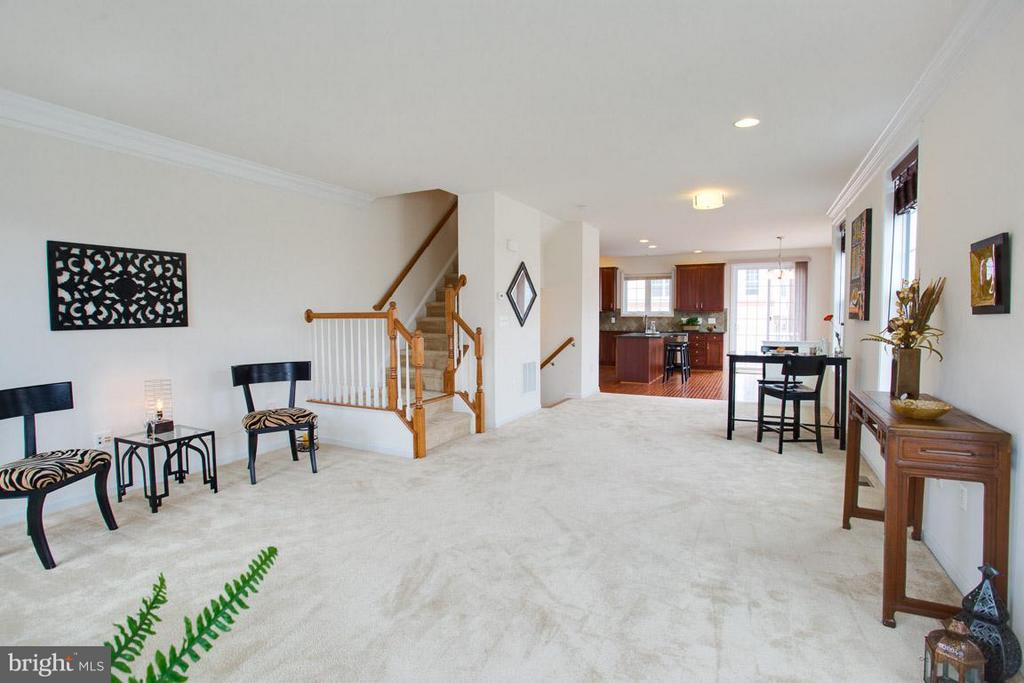 OPEN FLOOR PLAN LIVING ROOM LEADING TO KITCHEN - 23141 FLORA MURE DR, ASHBURN