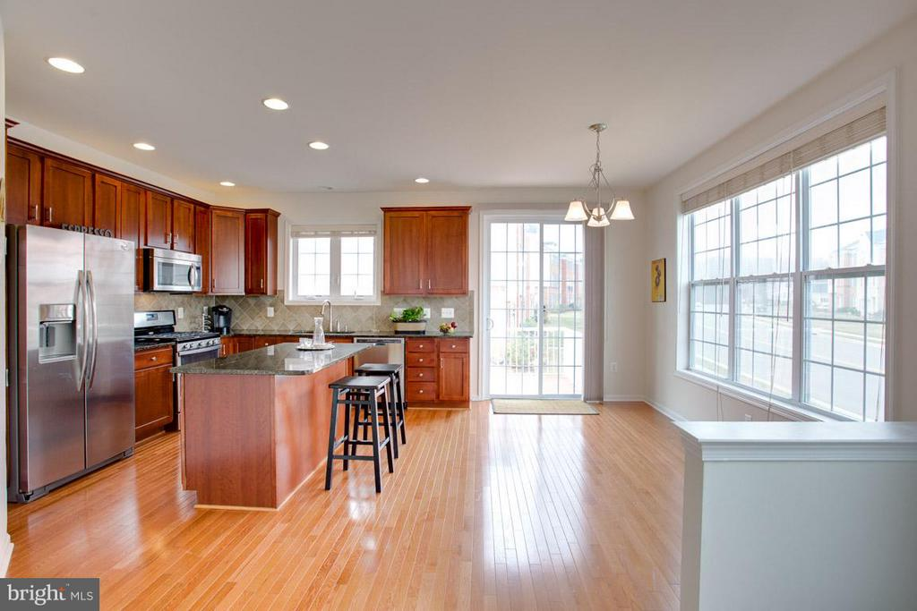 GOURMET KITCHEN WITH EAT IN AREA - 23141 FLORA MURE DR, ASHBURN