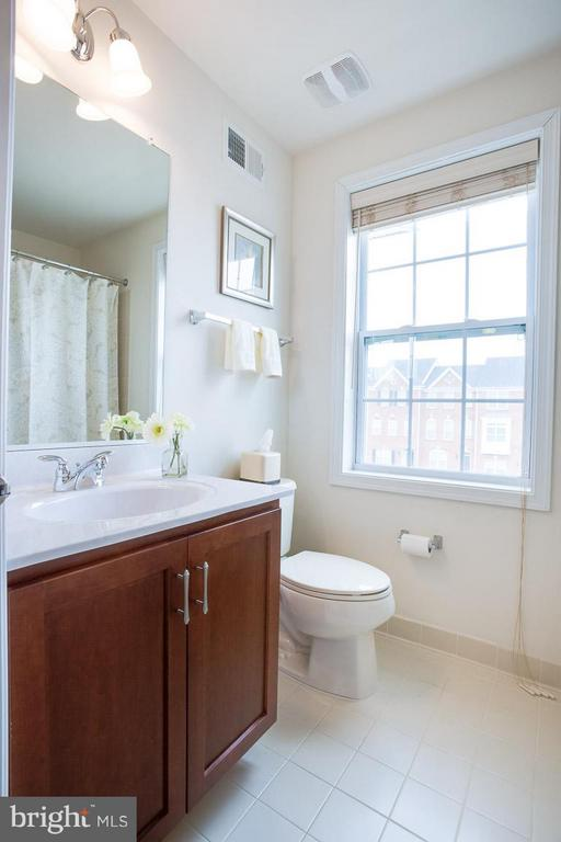 TOP FLOOR FULL HALL BATHROOM - 23141 FLORA MURE DR, ASHBURN