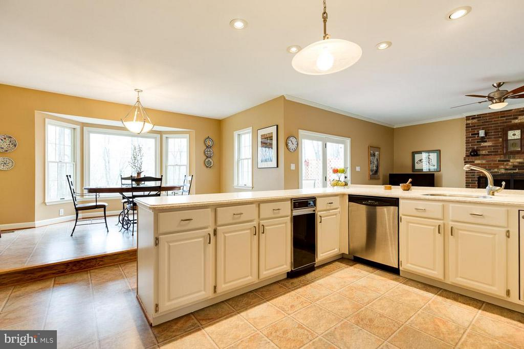 Never miss a beat with the open kitchen - 11079 OVERRUN DR, MANASSAS