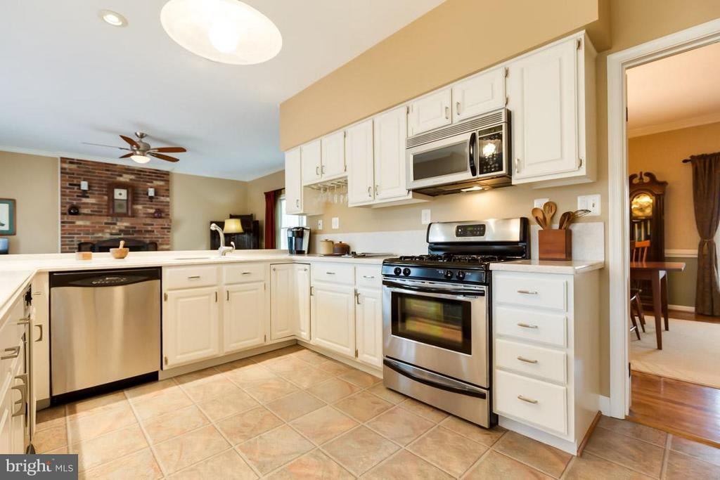 Stainless steel gas range and griddle cooktop. - 11079 OVERRUN DR, MANASSAS