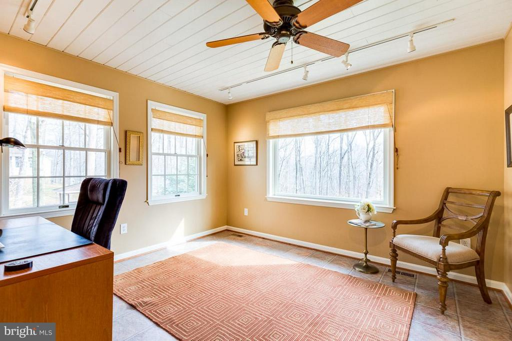 Main level office/den could be used as bedroom. - 11079 OVERRUN DR, MANASSAS
