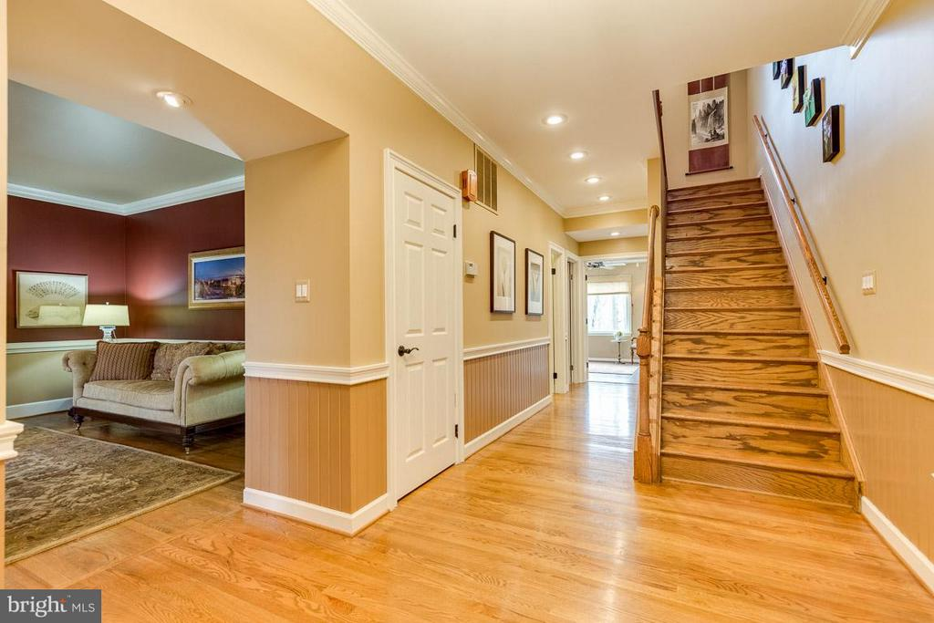 Large foyer with 9' ceilings welcomes guests - 11079 OVERRUN DR, MANASSAS