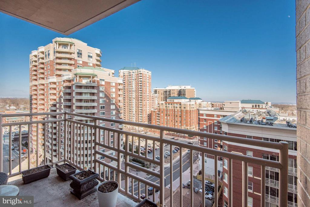 Private balcony with D.C. views - 888 QUINCY ST #1206, ARLINGTON