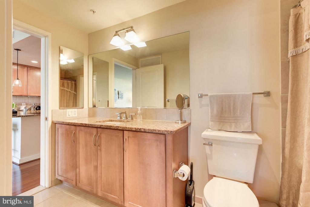 Bathroom with two entrances - 888 QUINCY ST #1206, ARLINGTON