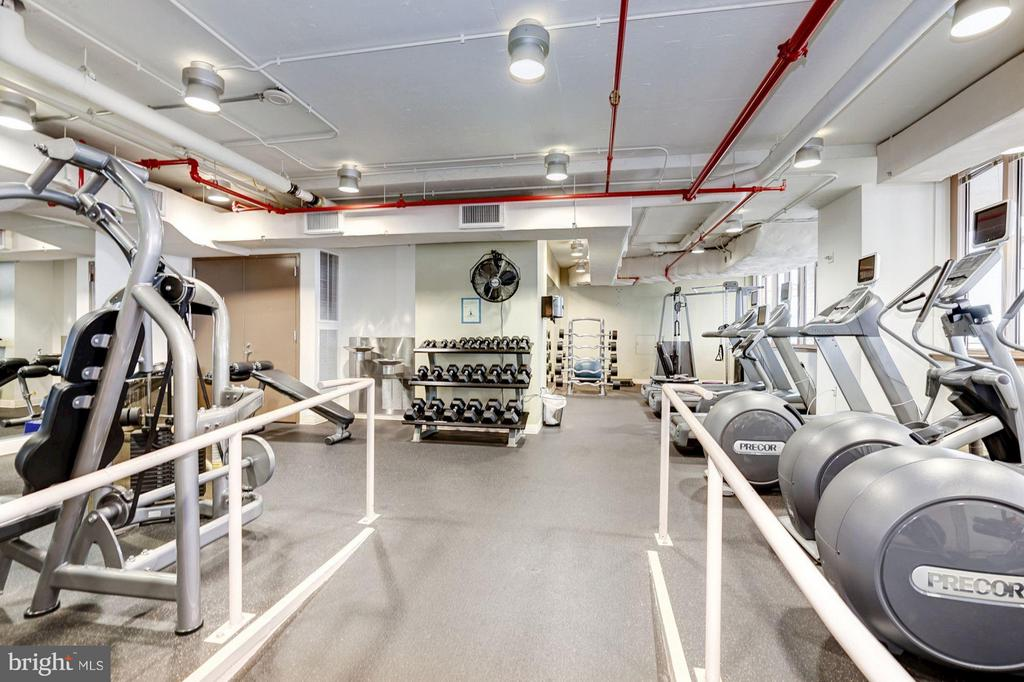 Rooftop fitness center - 888 QUINCY ST #1206, ARLINGTON