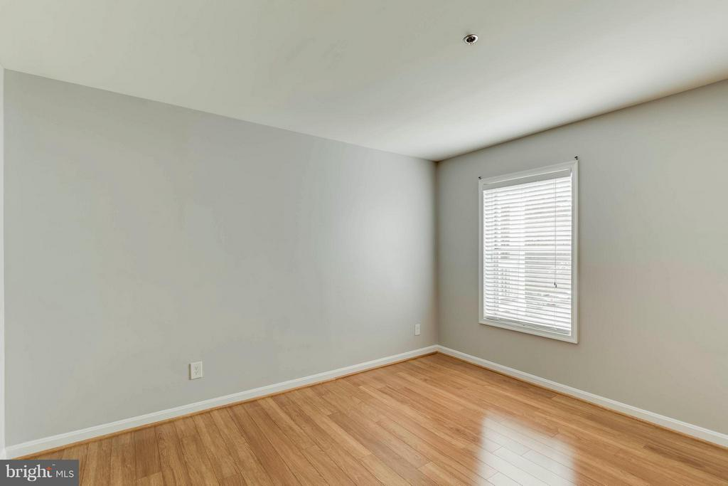Either bedroom is big enough to be the master! - 3179 SUMMIT SQUARE DR #2-D6, OAKTON