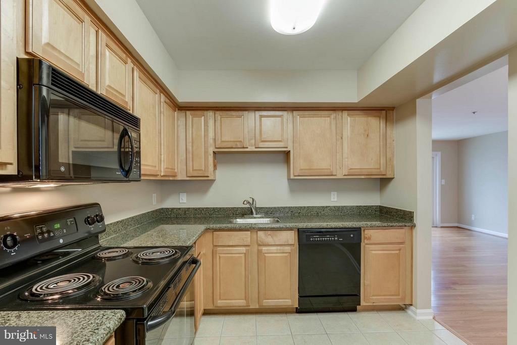Kitchen opens into the living room/dining areas! - 3179 SUMMIT SQUARE DR #2-D6, OAKTON