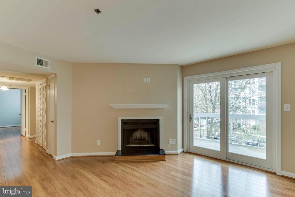 Fireplace with a mantel or hang the TV if you want - 3179 SUMMIT SQUARE DR #2-D6, OAKTON