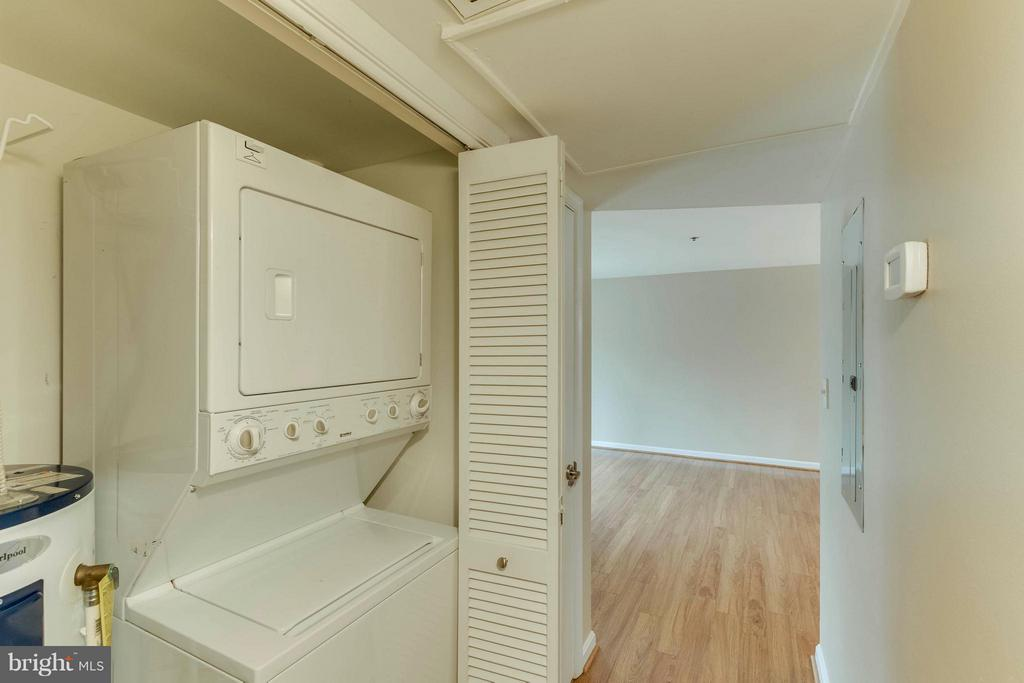 Washer and dryer are so convenient! - 3179 SUMMIT SQUARE DR #2-D6, OAKTON