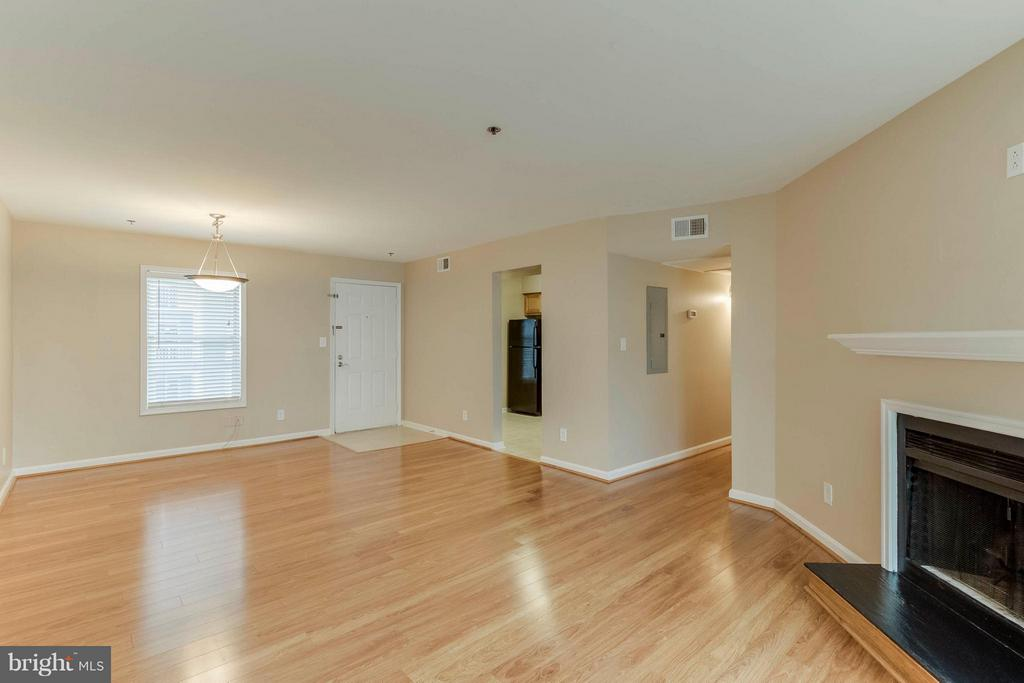 Looking back from living room to the dining area - 3179 SUMMIT SQUARE DR #2-D6, OAKTON