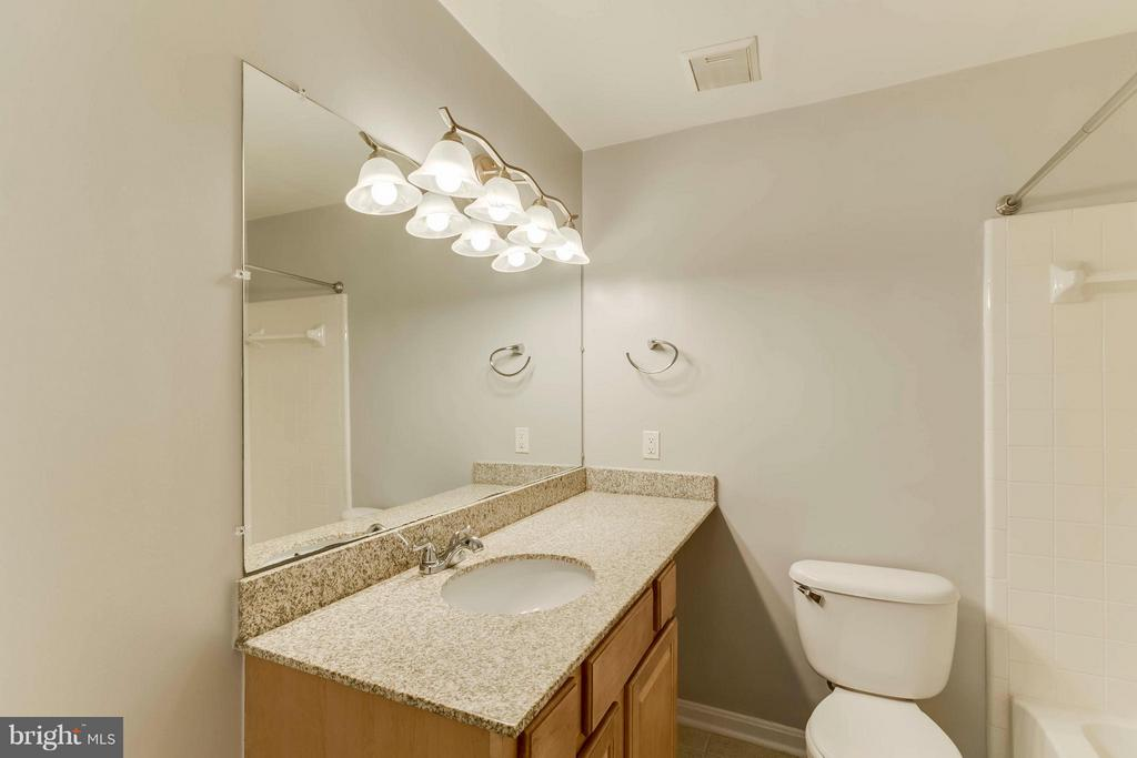 Nice countertop space and lovely granite too! - 3179 SUMMIT SQUARE DR #2-D6, OAKTON