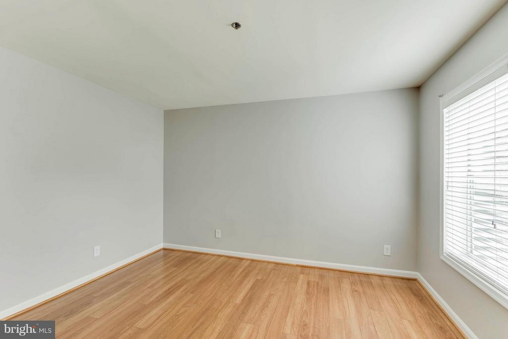 Bedrooms are large and have great closet space! - 3179 SUMMIT SQUARE DR #2-D6, OAKTON