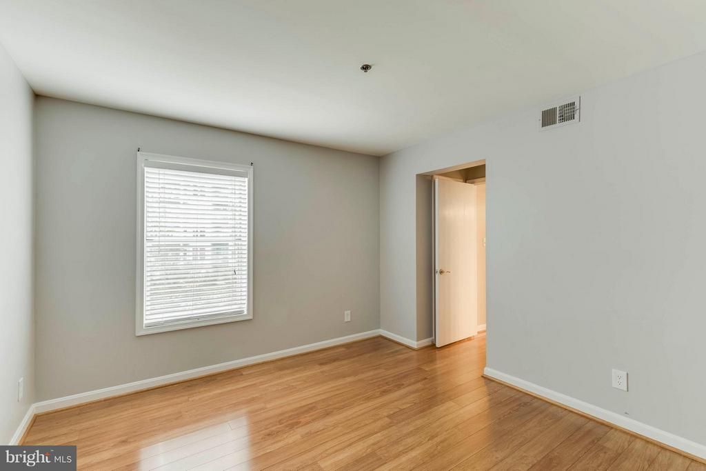 Bedrooms have great light the floors are amazing! - 3179 SUMMIT SQUARE DR #2-D6, OAKTON