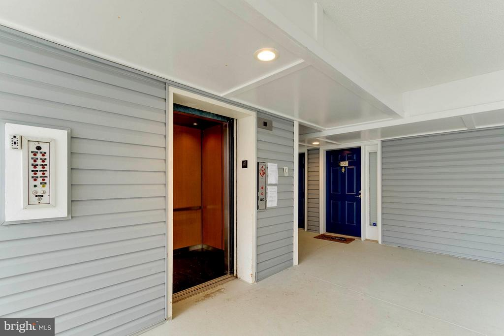 Elevator Up Please!  4th floor! - 3179 SUMMIT SQUARE DR #2-D6, OAKTON