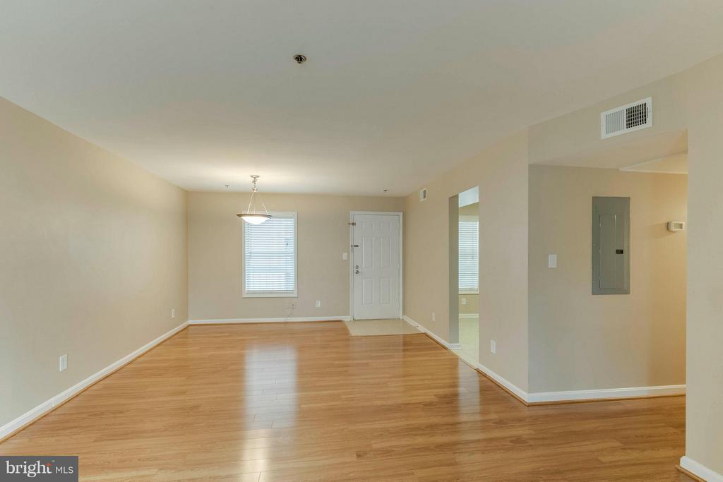 Dining Room has a updated light! - 3179 SUMMIT SQUARE DR #2-D6, OAKTON