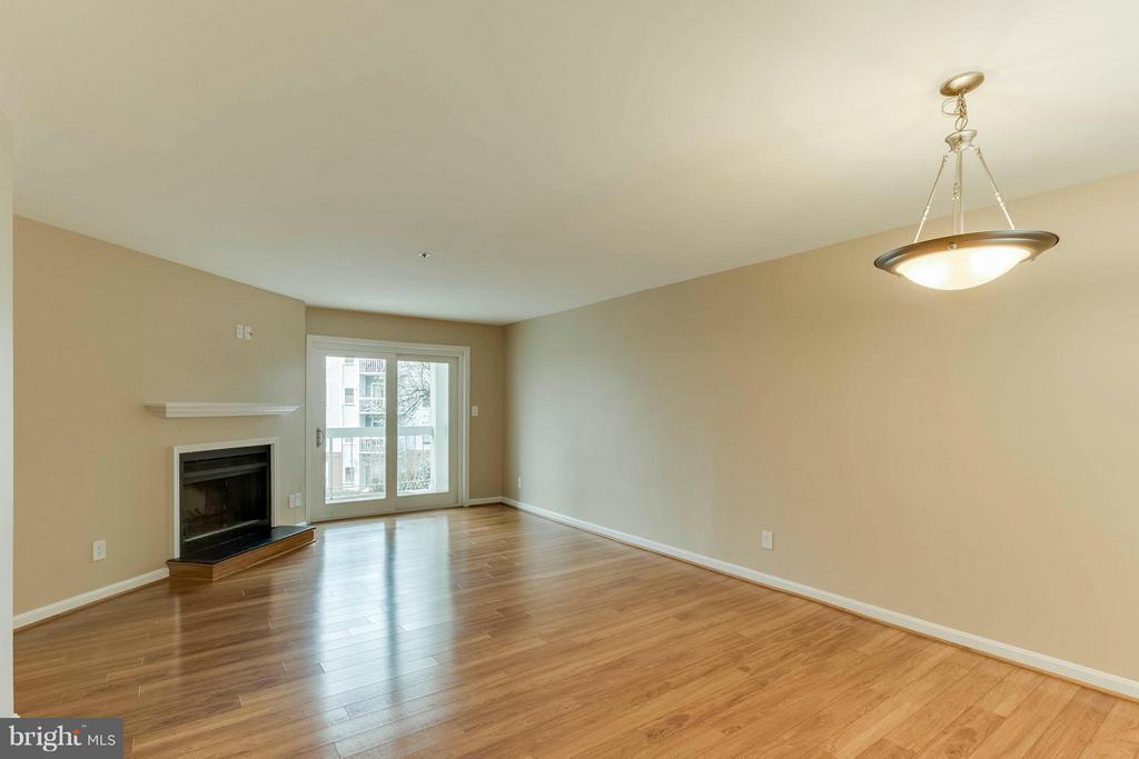 Lots of wall space to arrange the furniture! - 3179 SUMMIT SQUARE DR #2-D6, OAKTON