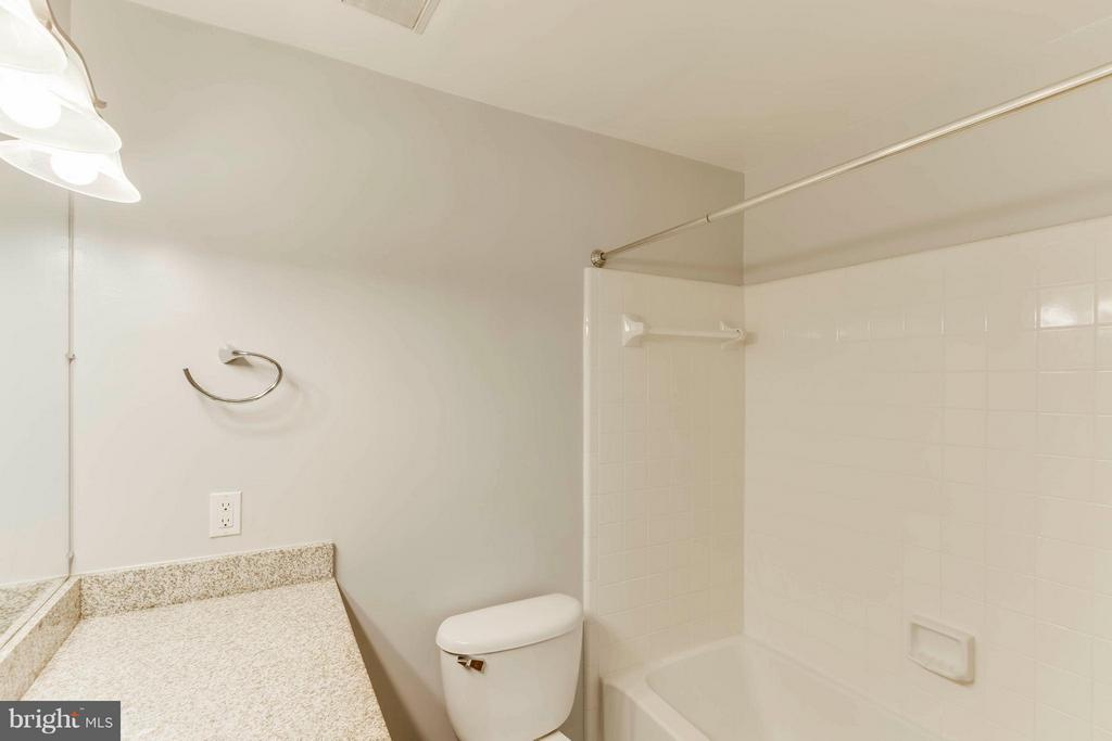 A roomy bathroom for your new home! - 3179 SUMMIT SQUARE DR #2-D6, OAKTON