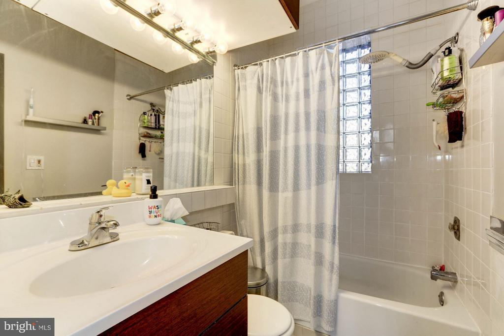 Master Bath off of Bedroom - 1843 MINTWOOD PL NW #110, WASHINGTON