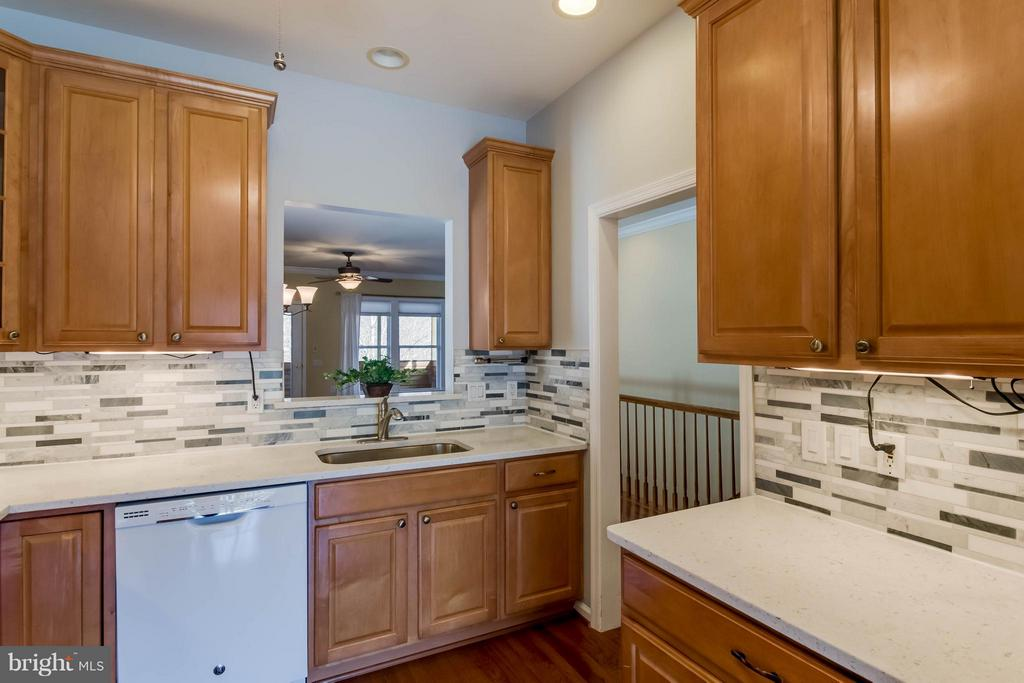 Plenty of cabinet space & granite countertops - 8 DAYTON CIR, FREDERICKSBURG