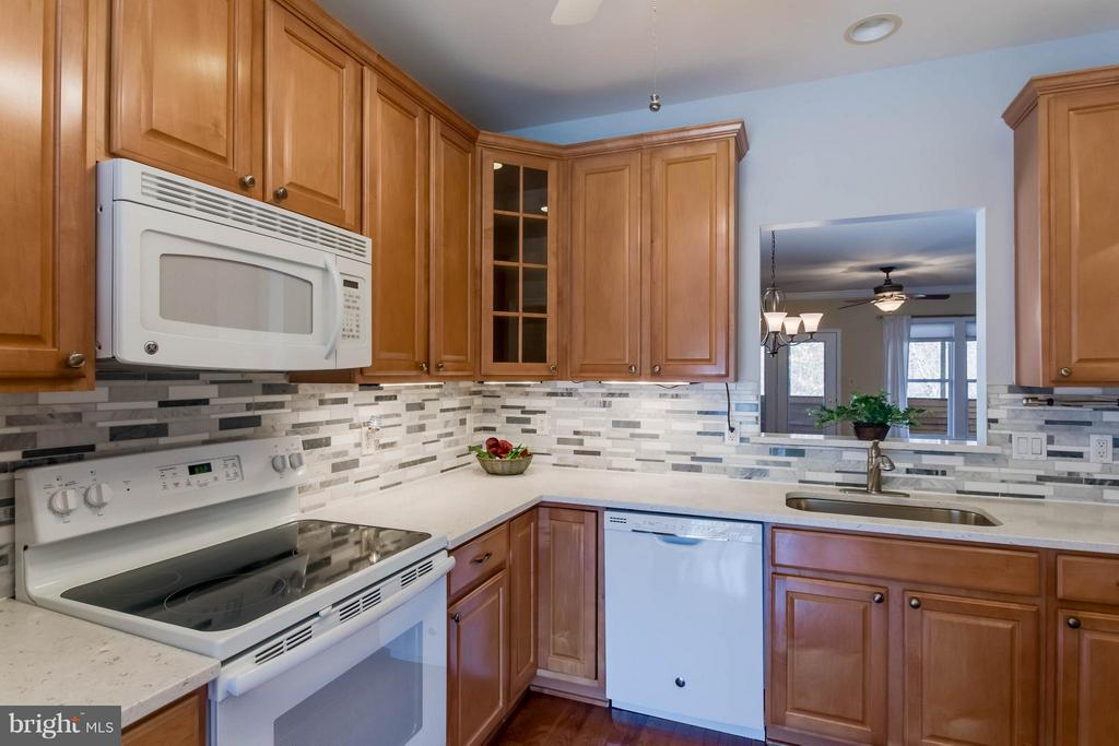 Lovely backsplash and under cabinet lighting - 8 DAYTON CIR, FREDERICKSBURG