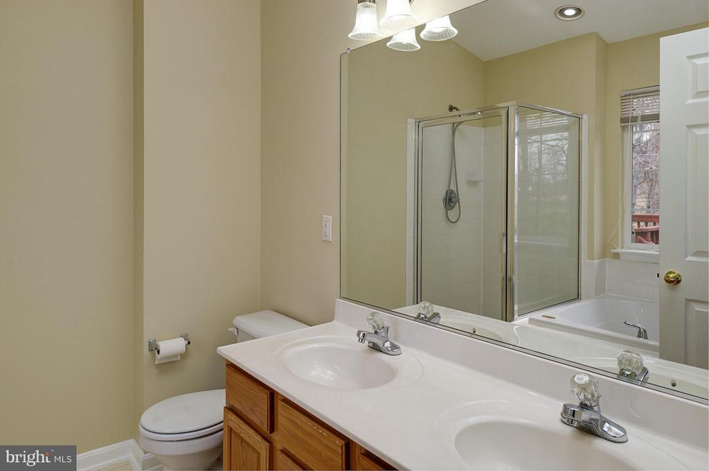 Double Vanity, Soaking Tub & Seperate Shower - 9429 KATELYN CT, MANASSAS PARK