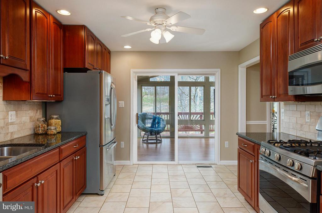 Kitchen Opens to Four Season Room - 9429 KATELYN CT, MANASSAS PARK