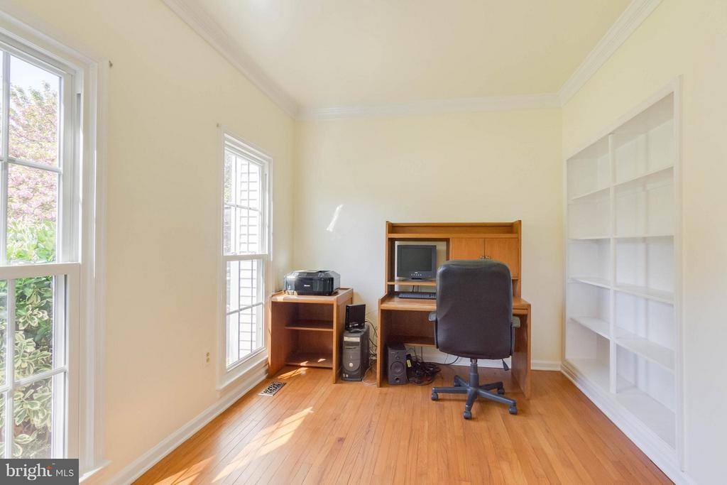Study with build in bookcases - 4242 MOOT DR, DUMFRIES