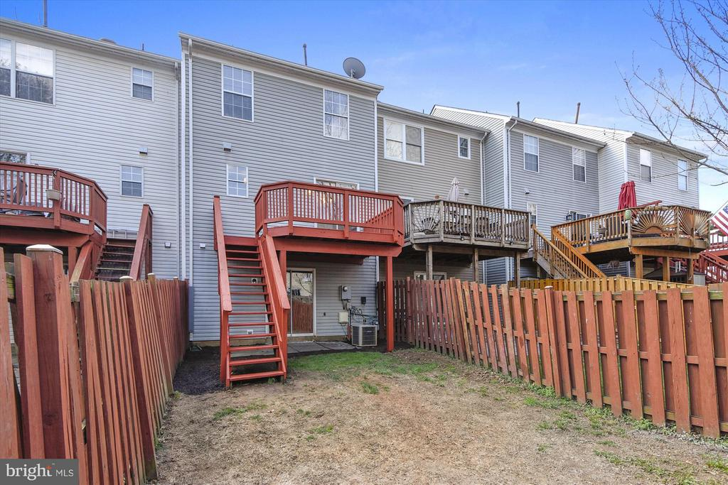 Fenced-in Backyard Accessible by Deck and LL - 508 COVINGTON TER NE, LEESBURG