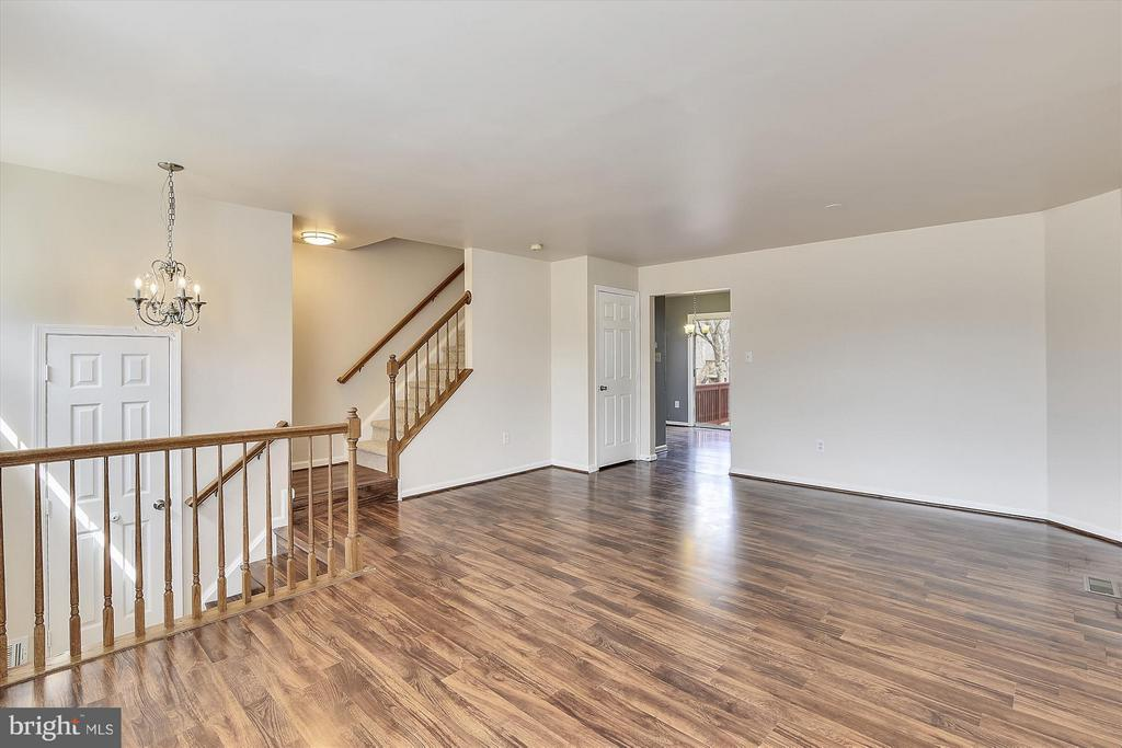 Large and Open Family Room - 508 COVINGTON TER NE, LEESBURG